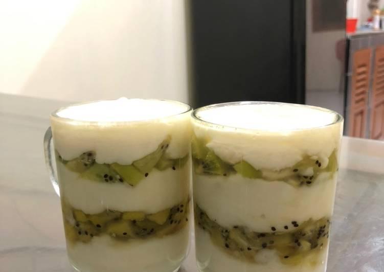 Kiwi vanilla layered pudding