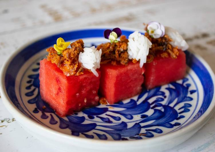 Pla Hang Tang Mo. Watermelon with sweet and salty salmon flakes