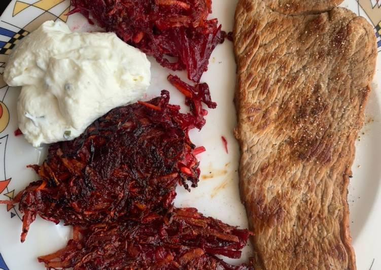 Rote Beete Puffer mit Kalbsschnitzel und Frühlingsquark