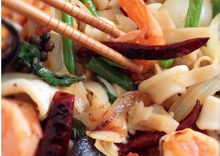 Recipe of Super Quick Homemade Drunken noodles Stir-Fried Seafood (Pad Kee Mao) #HelpfulCook