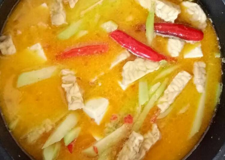 Spicy Coconut Soup with Vegetables and Tofu (Sayur Lodeh Pedas)