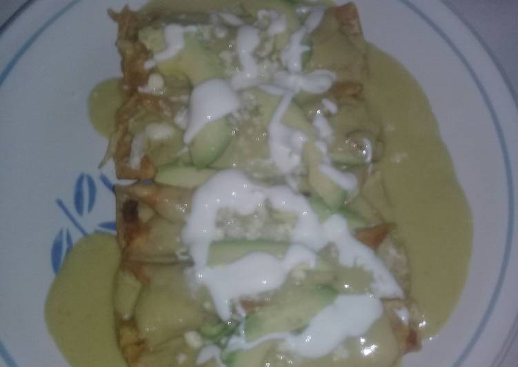 Enchiladas verdes con aguacate