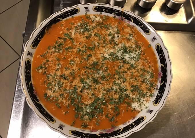 Soupe de homard pommes de terre et poivrons au persil et parmesan