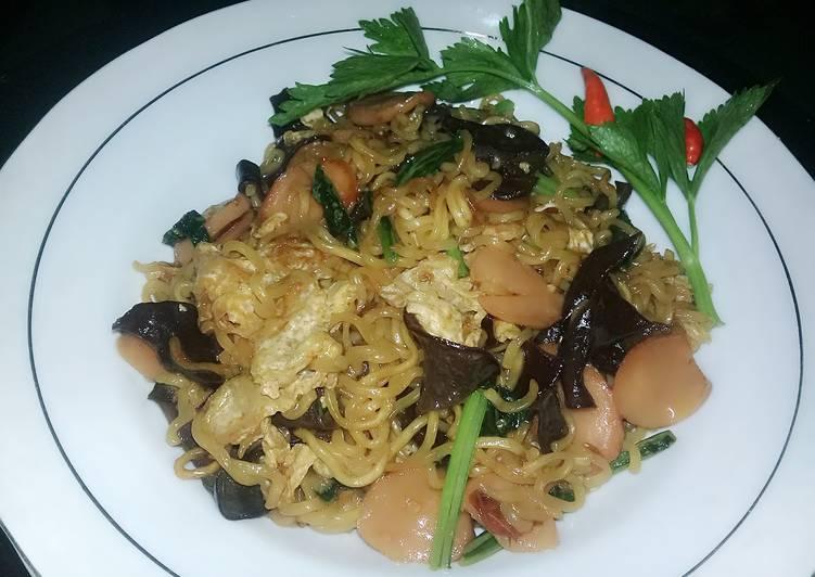 Indomie goreng komplit sosis telur jamur sawi ala lintang