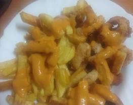 Calamares y papas fritas con salsa brava asada