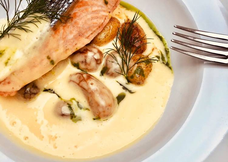 Recipe of Perfect Pan seared wild Salmon with roasted potato and béarnaise sauce