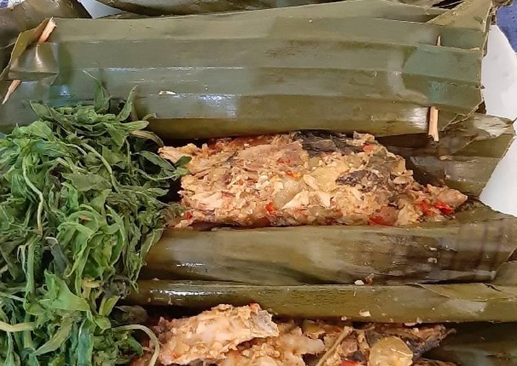 Pepes ikan tongkol putih bumbu santan