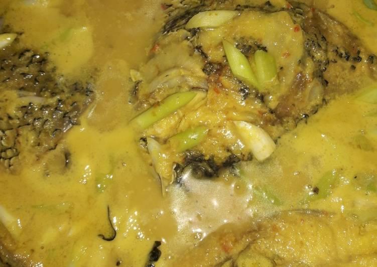 Gulai ikan kakap tabur bawang prei