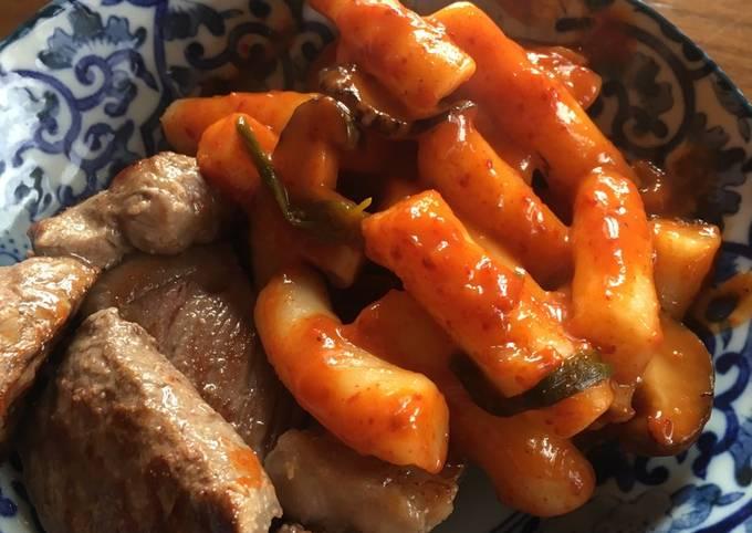 Korean spicy rice cake (tteokbokki)