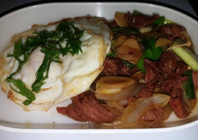 Tumis daging sapi, jamur, dan telur (protein bomb)