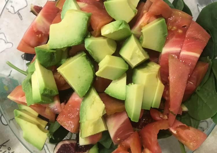 Ensalada de espinacas; tomate; higo y aguacate