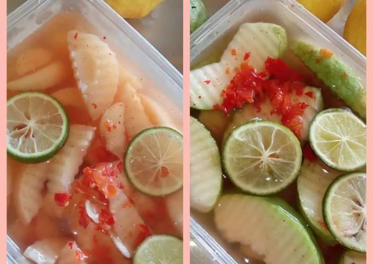 Asinan buah (salak dan jambu biji)