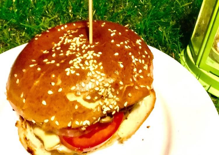 Domowy cheeseburger z wędzonym serem i smażonymi pieczarkami🍔 główne zdjęcie przepisu