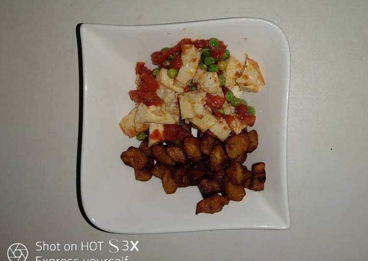 Squared fried plantain with boiled eggs veggies