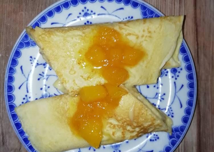 Crepas rellenas de crema pastelera y topping de mango