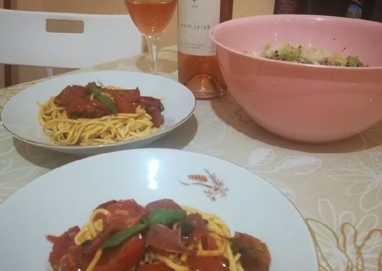Pasta with cherry tomatoes and fresh basil