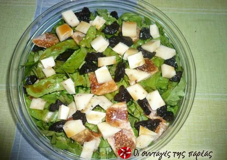 Salad with dried fruits and balsamic vinegar