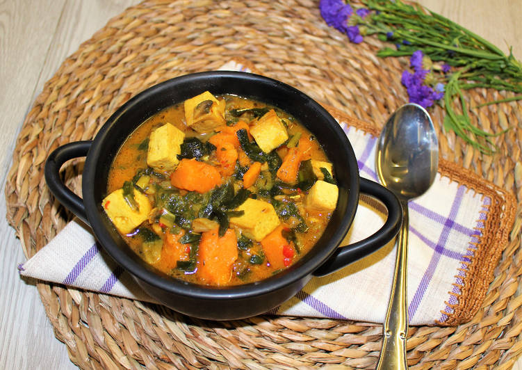 Sopa de wakame verduras y tofu a la cúrcuma