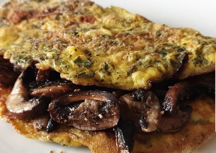 Omelette aux fines herbes garnie de champignons frais