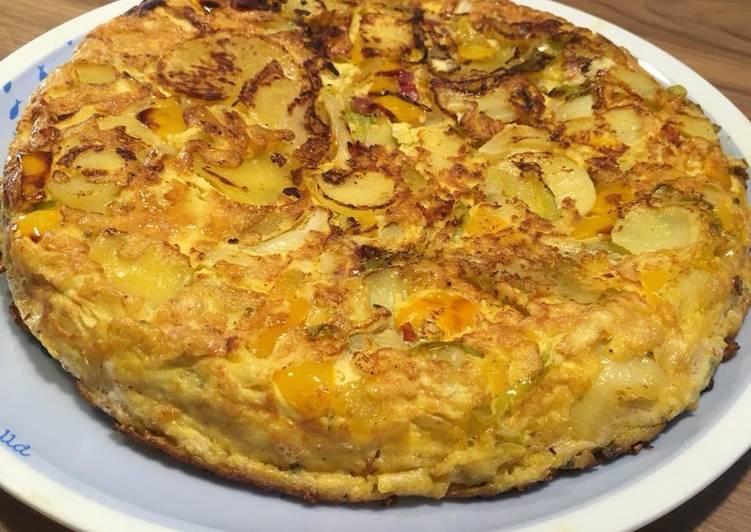 Tortilla aux pommes de terre, oignons, poivrons, magret séché et chorizo