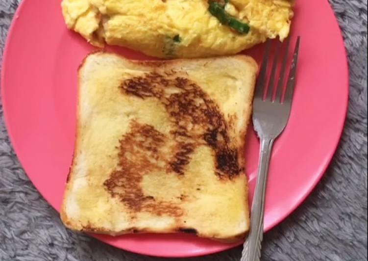 Breakfast roti bakar + omelette ala2 hotel 😍