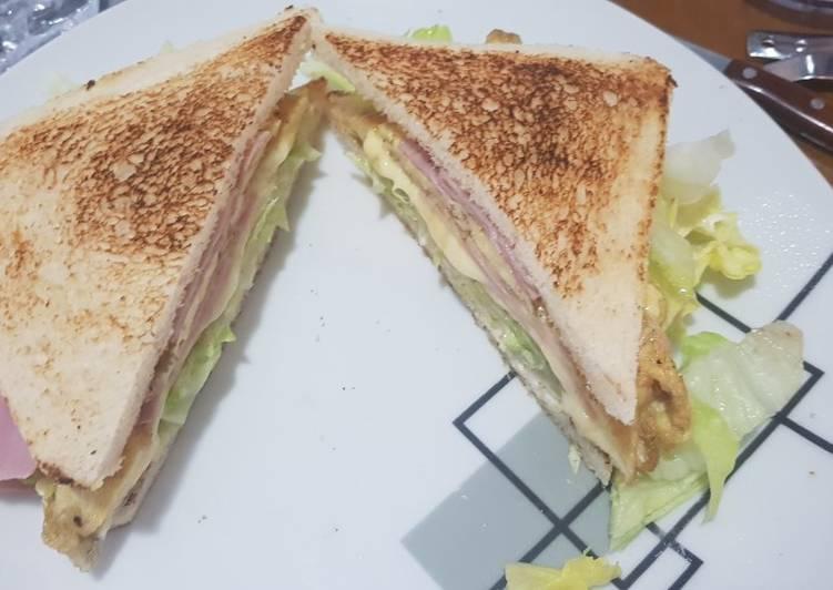 Sándwich Club con tortilla francesa rellena