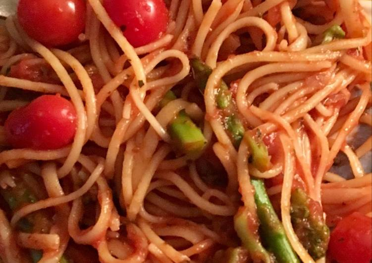 Foods That Make You Happy Spaghetti with Asparagus and cherry tomatoes