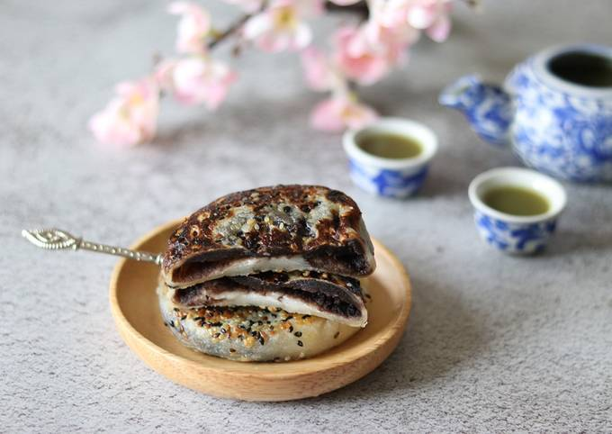 The sticky rice cake with sweet black sesame paste