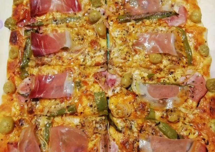 Pizza casera de anchoas y jamón serrano
