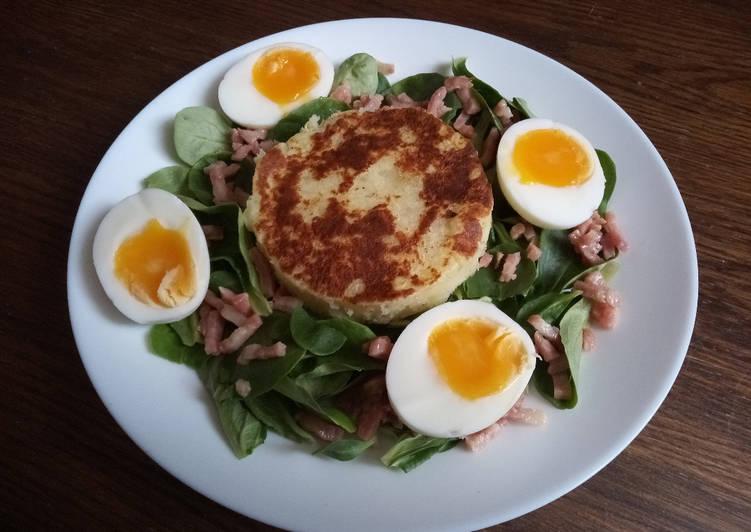 Salade de mâche aux lardons, oeufs mollet et pommes macaire