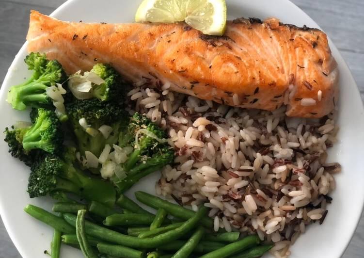 Assiette de riz aux légumes et saumon