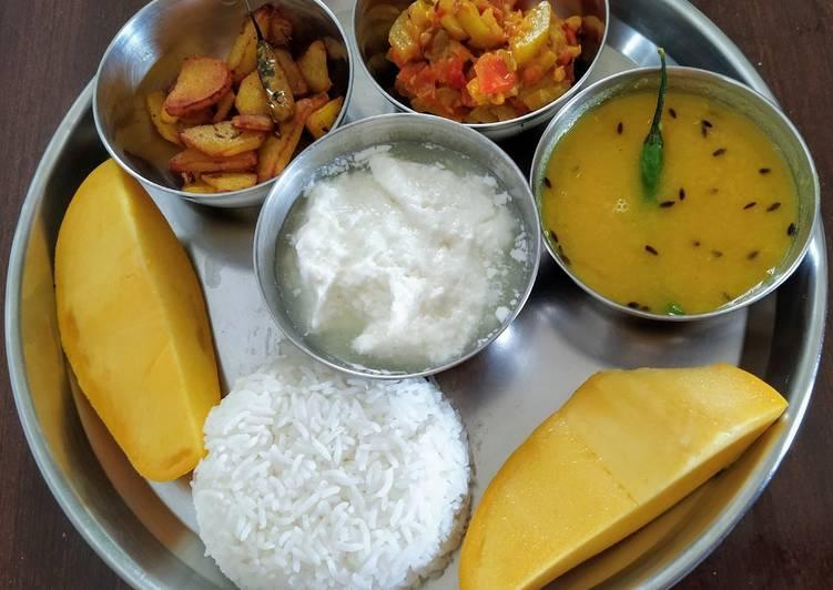 Veg thali- plain rice, tur tadka dal, lauki tamatar sabji and po