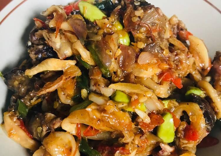 Cara membuat: Sambalado (sambal cumi, hati ampela, pete)