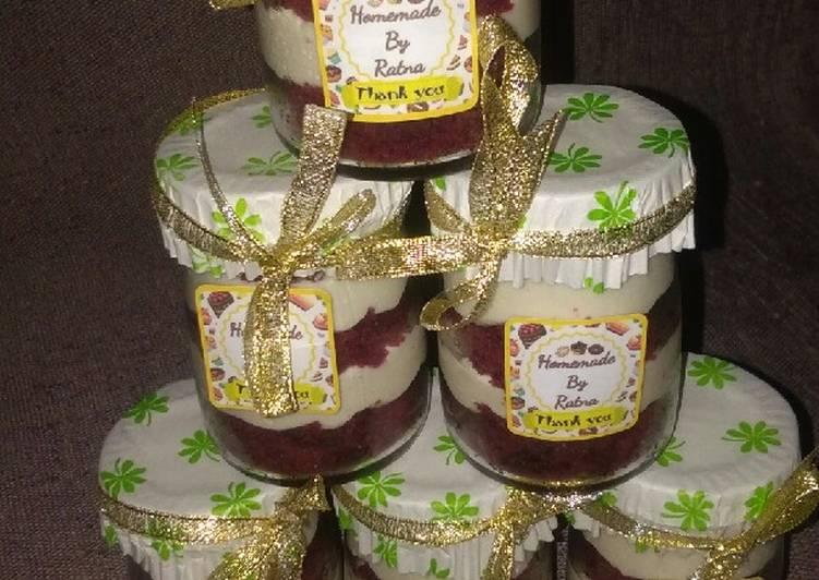Cheesecake red velvet in jar