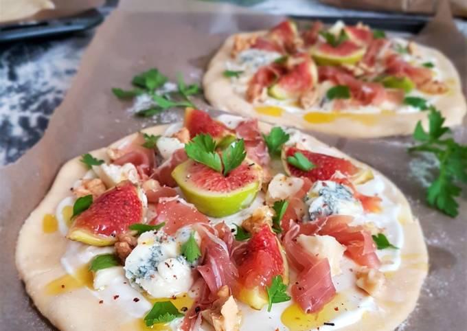 Pizzas blanches aux figues, gorgonzola et noix..