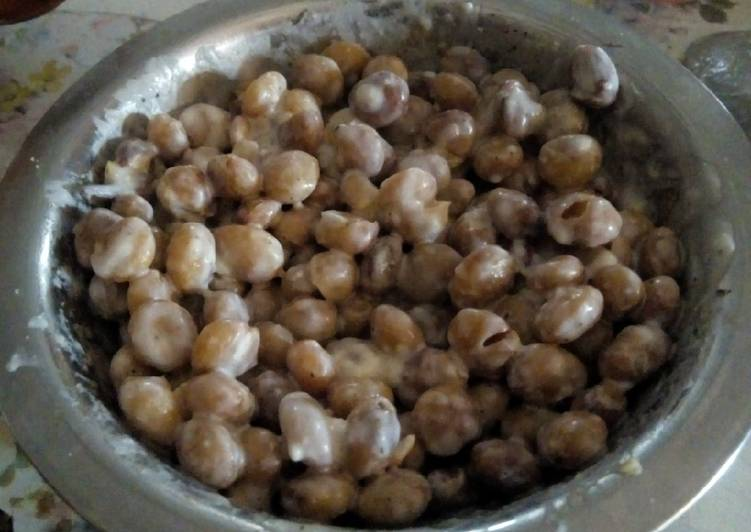 Recipe: Appetizing Mbaazi (Pigeon Peas) and Sour Milk Snack