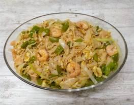 Fideos de arroz con verduras y langostinos (estilo chino)