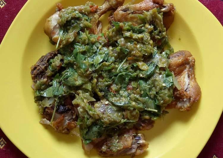 Ayam penyet cabe ijo daun kemangi