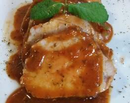 Lomo de cerdo con salsa de mostaza y barbacoa al horno