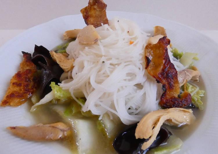 Comment Préparer Des Soupe chou chinois, champignons noirs, wakamé et poulet