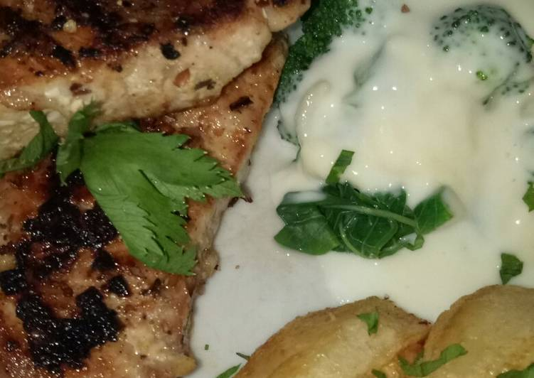 Steak Tuna with creamy chesee spinach
