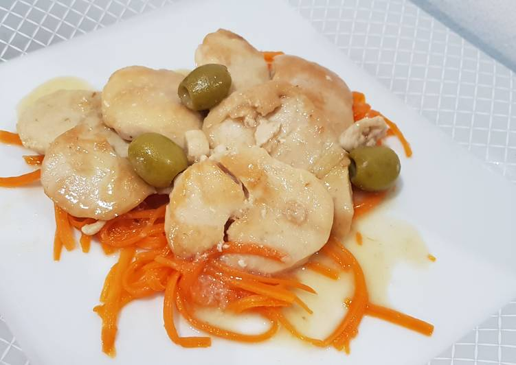 Ricetta Medaglioni dorati di pollo e tacchino con olive verdi su julienne di carote cotte al vapore