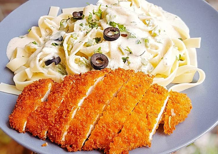 Alfredo Fettuccine Pasta with crispy chicken topping