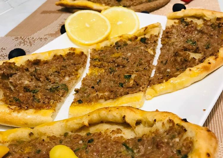 Délicieux Pizza à la viande hachée : pide turc