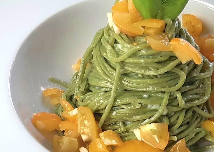 """Spaghetti """"Alfredo"""" al basilico con dadolata di pomodorini crudi"""