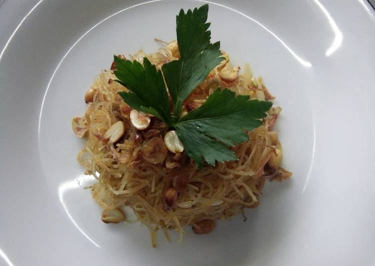 Curried fried noodles with chicken (bihun goreng khas thailand)
