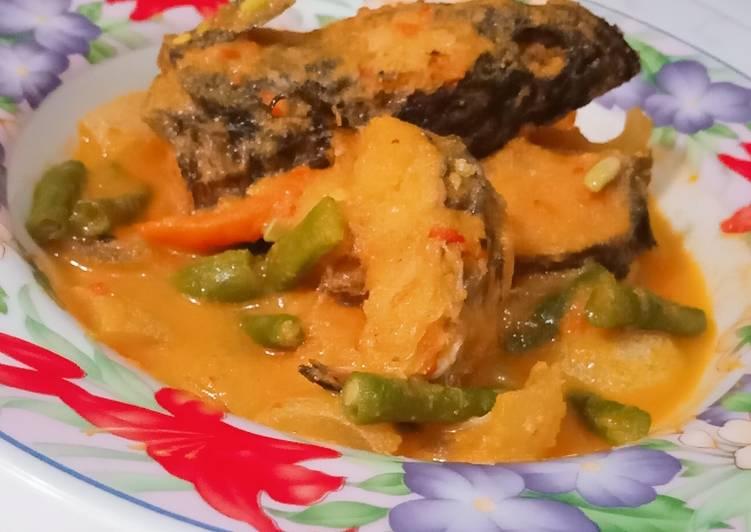 Gulai ikan gabus dan kulit sapi