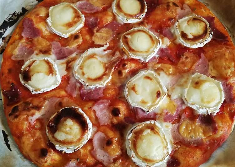 Pizza chèvre, cheddar et jambon au miel