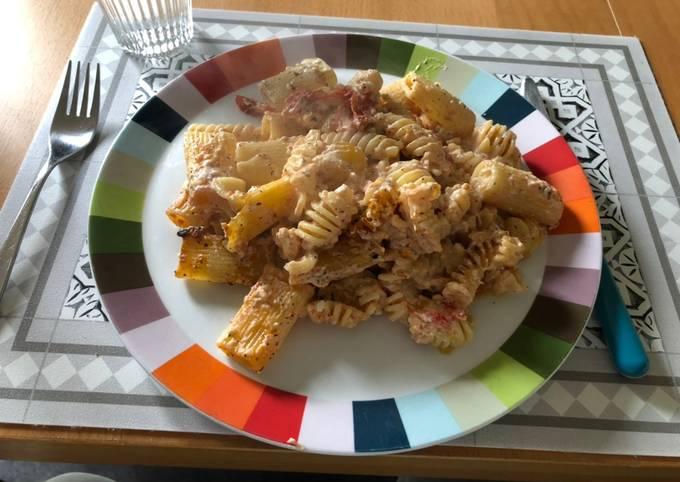 Nudeln mit Tomaten und Feta