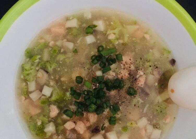 Soup cá hồi rau củ - ăn dặm (phù hợp với bé ăn thô tốt)